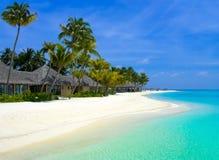 Strandbungalowe auf einer tropischen Insel stockbild