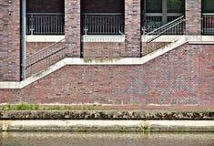 Strandbyggnad med trottoaren, flyg av trappa, tegelstenvägg och tegelstenpelare Arkivbilder