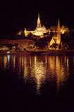 Strandbyggnader i guld- ljus, Budapest nattskott Royaltyfri Foto