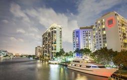 strandbyggnader miami Nattreflexioner på floden, sikt från Royaltyfri Bild