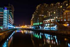 Strandbyggnader på natten i den inre hamnen, Baltimore, mor Royaltyfri Bild