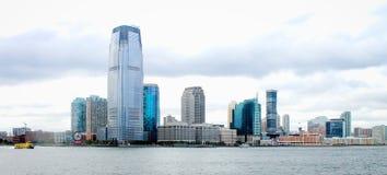 Strandbyggnader som fodrar Hudson River i Jersey City Arkivfoto