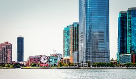 Strandbyggnader som fodrar Hudson River i Jersey City Royaltyfria Bilder