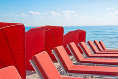 strandcabanaen chairs röda kupor Royaltyfri Bild