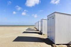 Strandcabines bij Noordzeekust, België stock afbeeldingen