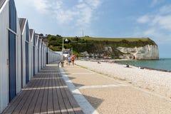 Strandcabines en kalksteenklippen dichtbij promenade van Yport, Frankrijk Stock Foto's