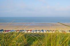 Strandcabines langs heuvelige duinen op een recreatief strand in de lente stock afbeelding