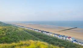 Strandcabines langs heuvelige duinen op een recreatief strand in de lente royalty-vrije stock foto's