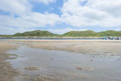 Strandcabines langs heuvelige duinen op een recreatief strand in zonlicht royalty-vrije stock foto's