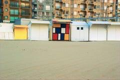 Strandcabines op een zandig strand stock foto