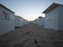 Strandcabines wat waarvan op het strand van Oostende worden geëtiketteerd, vroeg in de ochtend stock foto