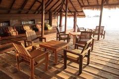 Strandcafé mit Holztischen und Stühlen Lizenzfreie Stockfotos