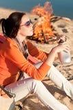 strandcampfire som campar den lyckliga kvinnan Royaltyfri Fotografi