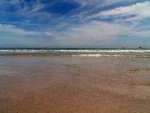 strandcloudscape över sandigt Arkivfoto