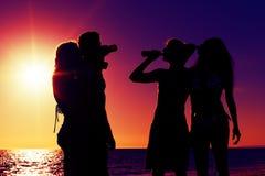 stranddrinkar som har deltagarefolk Arkivbilder