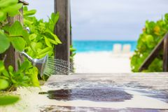 Stranddusche im Freien mit Wasser Stockfoto
