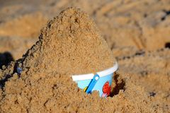 Strandeimer mit Sand Stockbild