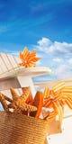 Strandeinzelteile auf Stuhl mit blauem Himmel Lizenzfreie Stockfotografie