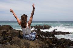 Stranden är hennes lyckliga ställe Fotografering för Bildbyråer