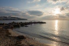 Stranden av Sas-figueretes under den blåa himlen i ibiza Arkivbild