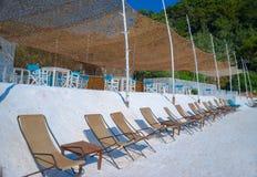 Stranden bäddar ned på crystal sand av vit marmor Royaltyfria Bilder