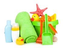 Stranden behandla som ett barn leksaker, handdukar och flaskor Royaltyfri Bild