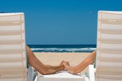 stranden chairs att rymma för parhänder Arkivbilder