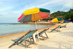stranden chairs det färgrika paraplyet Royaltyfri Bild