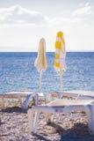 stranden chairs ett slags solskydd Arkivbilder