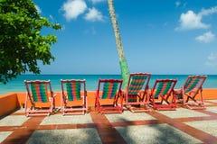 stranden chairs färgrikt arkivfoto