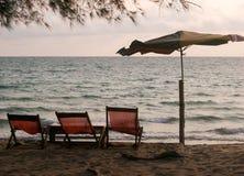 stranden chairs gammalt royaltyfri bild
