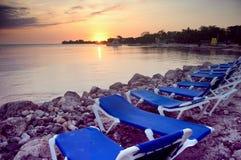 stranden chairs jamaica royaltyfri bild