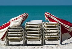 stranden chairs paraplyer Royaltyfri Foto