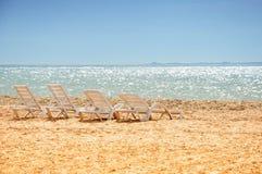 stranden chairs sanden Arkivbild