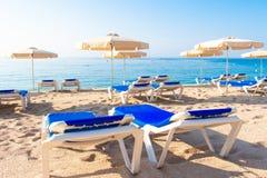 stranden de lloret fördärvar Fenals platja Paraplyer och chaisevardagsrum arkivfoton