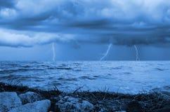 stranden deserterade sonen för havet för handömodern specificerar stormen Arkivbilder