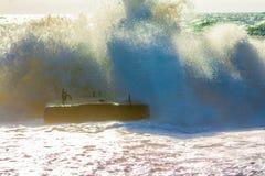 stranden deserterade sonen för havet för handömodern specificerar stormen Stora vågor och färgstänk av vatten Arkivfoto