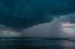 stranden deserterade sonen för havet för handömodern specificerar stormen Royaltyfri Bild