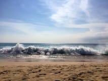 Stranden drömmer med stora vågor i Bali Arkivfoton