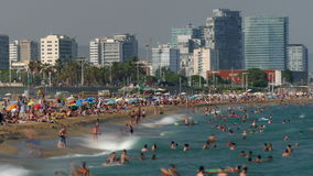 Stranden en architectuur van de stad van Barcelona Geschoten op Canon 5D Mark II met Eerste l-Lenzen stock footage