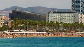 Stranden en architectuur van de stad van Barcelona Geschoten op Canon 5D Mark II met Eerste l-Lenzen stock video