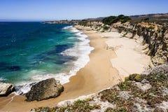 Stranden en klippen op de Vreedzame Kust, Wilder Ranch State Park, Santa Cruz, Californië stock foto