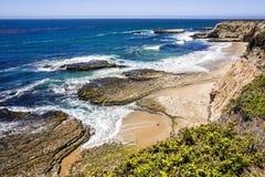 Stranden en klippen op de Vreedzame Kust, Wilder Ranch State Park, Santa Cruz, Californië royalty-vrije stock afbeeldingen