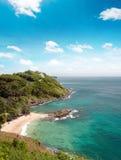 Stranden en kustlijn van overzees dichtbij Phuket, Thailand bij de zomer Stock Afbeelding