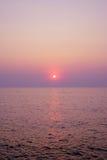 Stranden för naturen för solnedgångsoluppgånglandskapet färgar den härliga med sötsaken rosa färger, och lilan fördunklar havvatt Royaltyfri Bild
