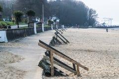 Stranden för Ryde ` s Appley, bredvid den skogsbevuxna Appleyen parkerar Royaltyfri Foto