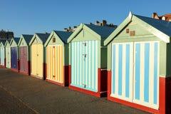Stranden förlägga i barack på en solig dag i Brighton Sussex Arkivbild