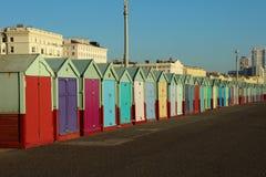 Stranden förlägga i barack på en solig dag i Brighton Sussex Royaltyfri Foto