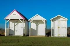 Stranden förlägga i barack på en solig dag i Sussex Royaltyfri Bild