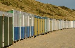 Stranden förlägga i barack på stranden av Zoutelande i Nederländerna Arkivfoto
